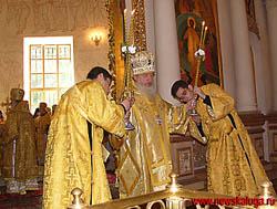 Калужский Митрополит служит службу
